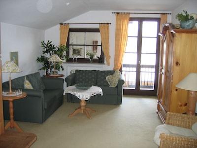 Sitzecke, Zugang zum Balkon und Schrank mit TV, Stereoanlage,CD,