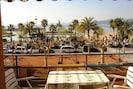 Vue de la terrasse sur la mer port et plage