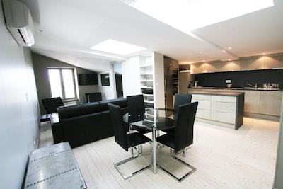 Une grande pièce salon cuisine et coin repas