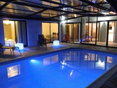 Eclairage de la piscine à la nuit tombée