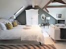 Main bedroom with kingsize bed & luxury bedding