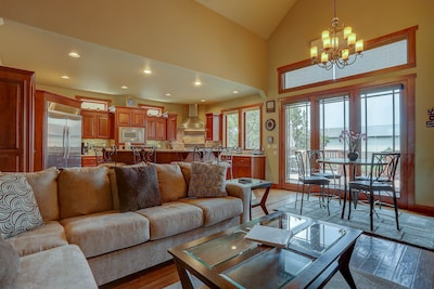 Room for the entire family - plenty of common area