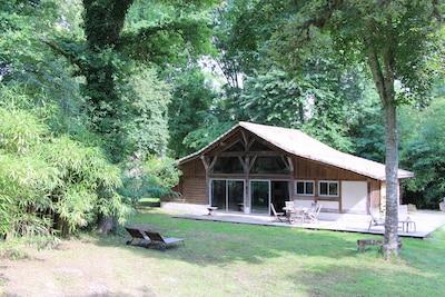 Grange aménagée dans un parc de chênes