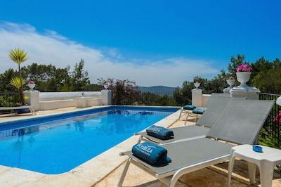 Villa Sa Coloma. Ibiza. Piscine avec vue sur la campagne