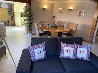 grand salon séjour lumineux et spacieux ouvert sur la cuisine