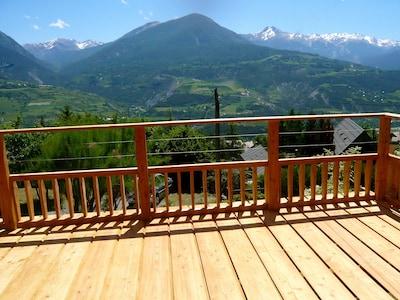 Vue panoramique de la terrasse du rez de chaussée sur Saint Sauveur et les Orres