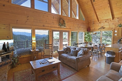 Heavens View cabin great room,  open floor plan, vaulted ceilings - Mt Views!