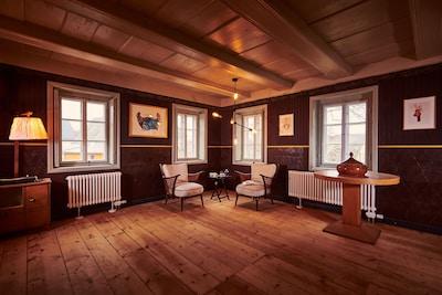 Wohnen wie in den 30er Jahren - mit den restaurierten Tapeten in der Blockstube