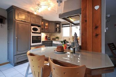 Cuisine équipée avec lave vaisselle, four, micro ondes, bouilloire électrique...