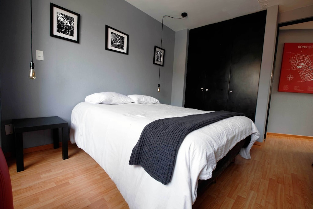 VRBO Mexico City: Modern style bedroom, with large bed and closet