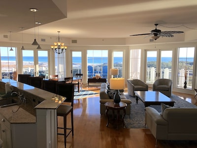 Huge Great room with sweeping 180 degree views of the Gulf!