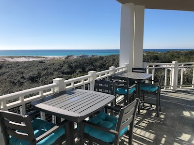 Balcony on 3 sides, 270 degree views & brand new hightop balcony table & chairs!
