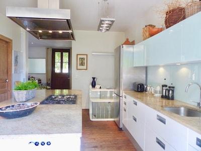 Grande  cuisine ouverte  espace net et élégant.