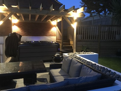 Hot Tub, 10 minute walk to Fistral beach and Gannel Estuary, pet friendly.