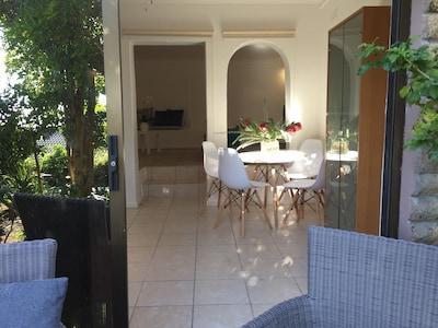 Blick von der Terrasse in die Ferienwohnung