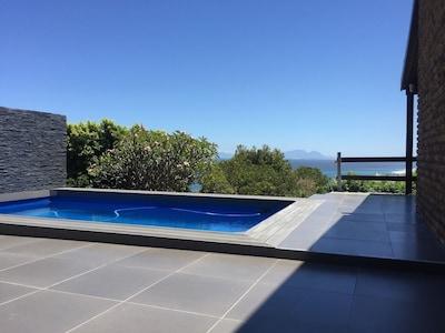 Pool mit Aussicht auf die Bucht von Gordon's Bay