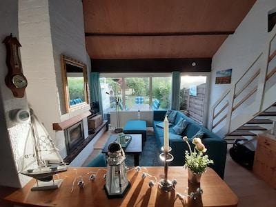 Wohnzimmer mit anschließender Terasse und Blick in den Garten
