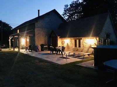 Les Chouettes Barn in the evening