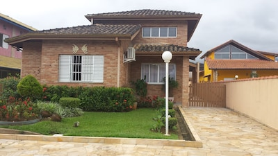 Casa espaçosa e aconchegante no Condomínio Morada da Praia