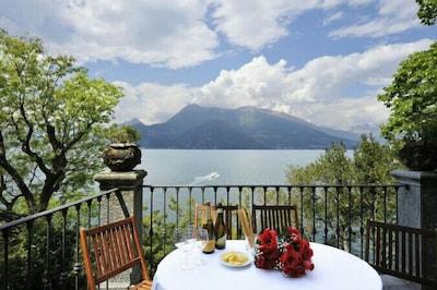 Private Terrasse mit Blick über den See
