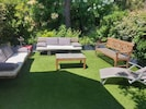 Salon de jardin devant la maison