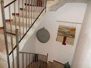 Escalera de piedra con acceso al restaurante