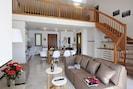Wohnzimmer mit Treppe zur Entresol