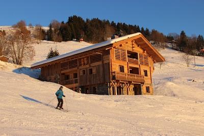 Ski au pied, situé sur les pistes