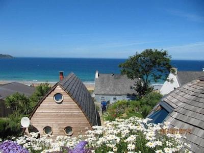 Pieds dans l'eau, maison en bois avec terrasse, vue mer imprenable.