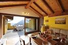 Wohnzimmer und private Terrasse