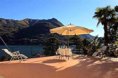 Geräumige Terrasse mit Seeblick