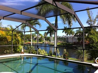 • Million Dollar View auf die weitläufige, palmengesäumte, breite Kanalkreuzung•