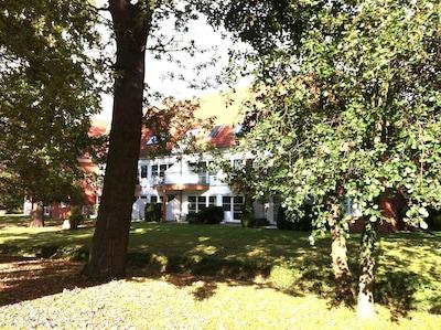 Das Landhaus Ostseeblick im Gutspark Kägsdorf - die Wohnung liegt mit Blick und Terasse auf den Park im Erdgeschoss