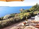 Terrasse au sud, bordée de fleurs, dominant la mer.