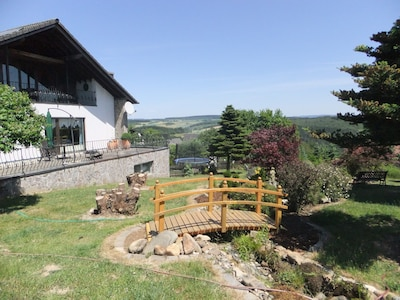 Hausansicht von hinten-3000 qm große Grünanlagen mit Bachlauf und Gartenteich