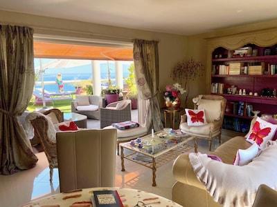 grand salon donnant sur terrasse privée/living room opening onto private terrace
