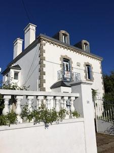 Vue de la maison depuis la rue des Grands Sables