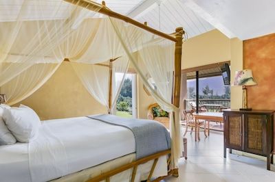 King Size Canopy Bed with Unobstructed View of Hanalei Bay and Mountains!