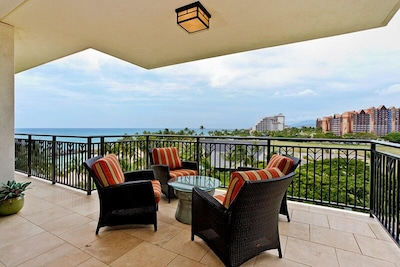 Full ocean view lanai, with seating for 4