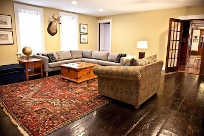 Spacious family room with 2 flat screens & bar area