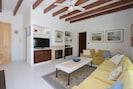 Wohnzimmer mit Kamin und  Fernseher