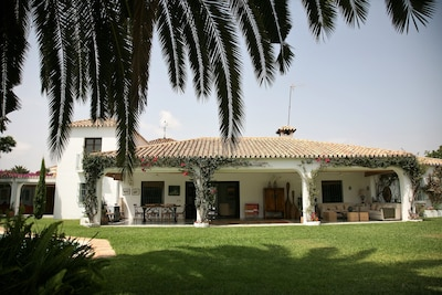 Beautiful house in Guadalmina Baja, overlooking the river and golf 800m from the beach