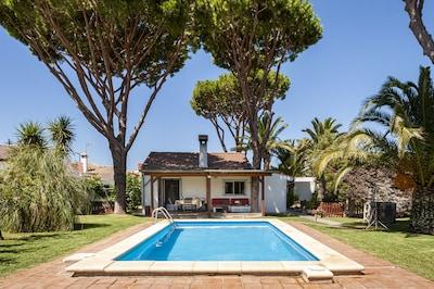 Su paraiso, muy tranquilo, 2km de la Playa, Piscina, WiFi, ideal para familias.