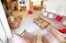 un vaste séjour avec poële à bois, TV écran plat & wifi gratuit