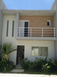 Casa nova 3 quartos em condominio fechado a 100 m.  da praia. Otima localização