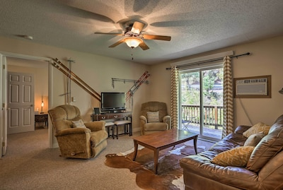 Unwind in this cozy 2-bedroom, 1-bathroom vacation rental condo in Lead!