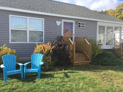 2 Bedroom  1 Bath Cottage & Screened Porch close to clubhouse w/pools, jacuzzi