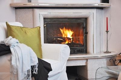 Das Prasseln des Feuers im Kamin genießen