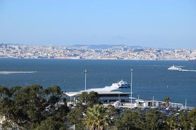 Vue sur Lisbonne et les ferries depuis la terrasse du 7ème étage
