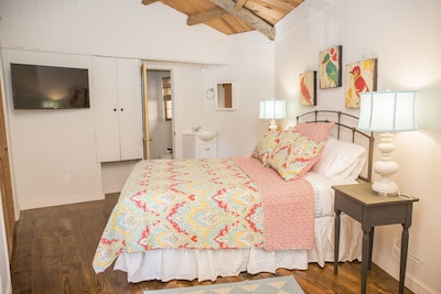 River House features a queen size bed with in-suite bathroom & flat screen T.V